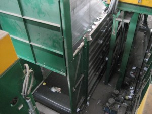 Roller bed belt conveyor, with automatic door
